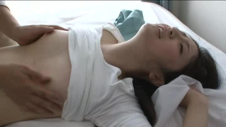 【相沢れおな】修理業者のお姉さんの乳首チラリに大興奮!バレてエッチに…...