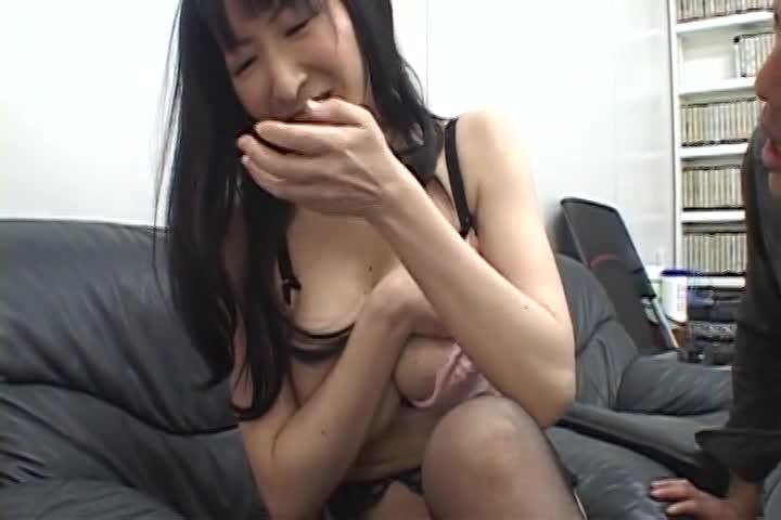 色白美巨乳な素人美熟女が性欲に負けハメ撮りAV出演。激しいピストンに巨乳を揺らし喘ぎまくる。